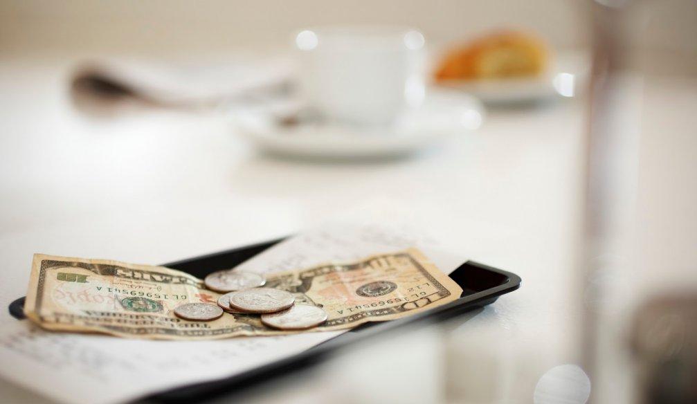 Сколько чаевых стоит оставлять в ресторане, баре и кафе